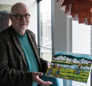 Poul Valdemar viser et maleri, han har fået af en 10-årig kinesisk pige.