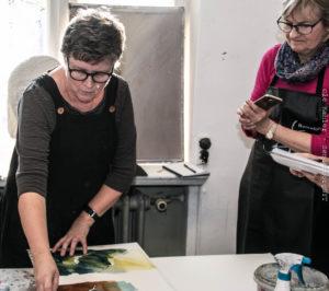 Anna Törnquist til venstre forklarer, hvordan opgaven gribes. <div class=