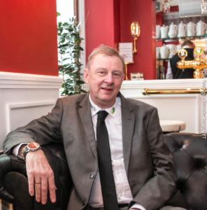 Thorben Jensen synes selv, at restauranten er indrettet, så man tænker på Postgården fra Matador.