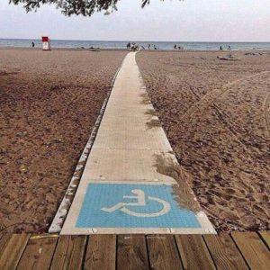 Ramper som denne gør det muligt for handicappede og gangbesværede at komme tæt på vandet.