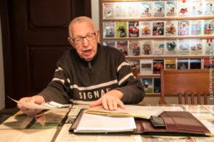 Jens Schmidt har masser af sjove foldere, brochurer og andet fra alle årene i foreningen.