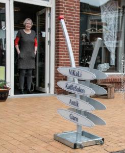 Lise Guldberg klar til at tage imod de kunder, som det nye skilt trækker indenfor.