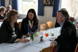 Hanne Lund, tv, hygger sig med fødselsdagsgæster