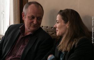 Erik Lorenzen og Ellen Trane Nørby, professionelle politikere, følger starten på Elevbyrådsmødet. <div class=