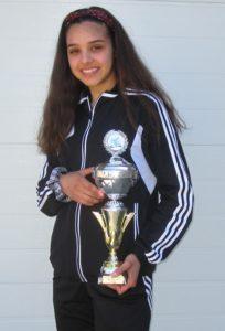 Jasmin Hafaidh med sin vinderpokal. Foto: Nordborg Taekwondo Klub.