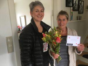 Foprkvinde for Skovby Blues Jette Abildboe,th, giver Inga Jensen blomster og VIP-billetter. <div class=