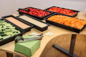 Når medarbejdere kigger ind i det nye lokale, så fristes der med lidt sundt - som afveksling fra slikket i hverdagen.