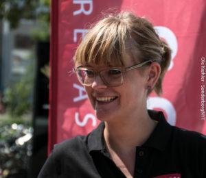 Anja Petersen kan både snakke bankforretninger, styre bamse-spil og snakke om Tesla. <div class=