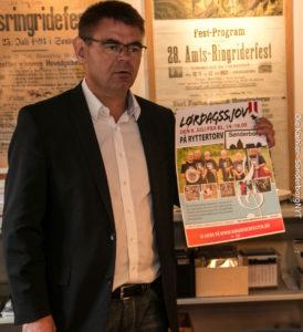 Hans Otto Ewers viser årets plakat frem.