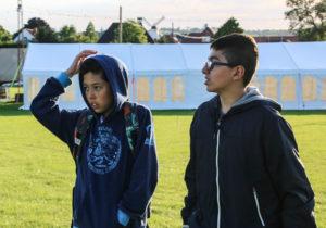 De to drenge går og venter på de skal hjælpe i Børneland. <div class=