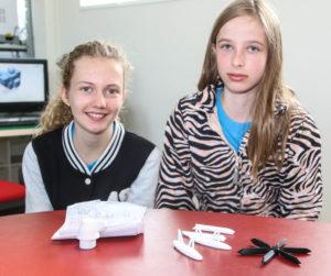 Sarah og Læørke har designet og printet hver en vandflyver. <div class=