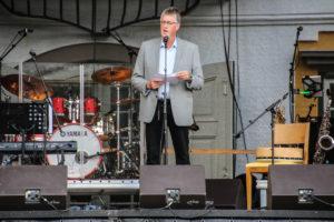 Borgmester Erik Lauritzen sagde velkommen til en herlig eftermiddag i en fantastisk kulisse.