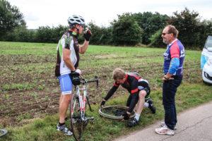 Både ryttere og cykler kan tabe luften. Her er det cyklen, der mistede pusten.