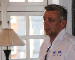 Kenan Hansen er vært ved et it-sikkerhedsarrangement.