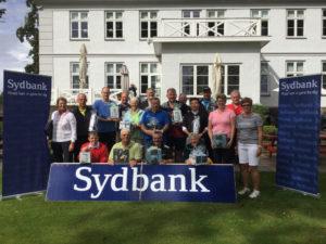 På billedet ses alle præmietagerne sammen med repræsentanter fra turneringens sponsor Sydbank. <div class=