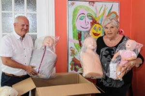 Jens Iwer Petersen og Lise viser de nye førstehjælpsdukker