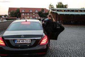 Ellen Trane Nørby forsvinder ind i sin slidte ministerbil.