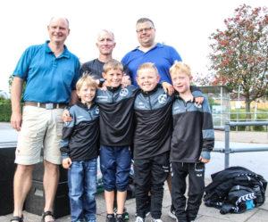 Fodbolddrenge foran trænerne Jacob Lorenzen, Philip Baxter og Lars Hauge Damm.
