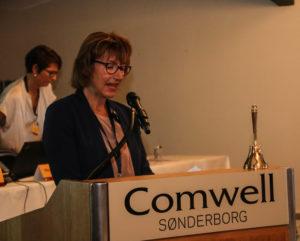 Sønderborgs Zonta-formand Karen Thegen byder velkommen til de knap 100 frivillige kvinder.