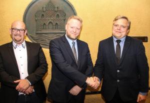 Karsten Höyer Grau ved siden af Bo Kleis Christensen, der takker Lars Karlsen for hans store forarbejde.