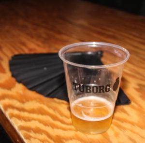 Som rutineret koncertgænger har man en vifte med, så øllet kan holdes køligt.