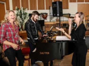 Marianne Müller Nielsen, Steffan Grarup og Liv Stevns snakkler om musikken.