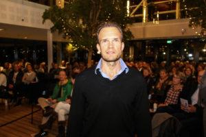 Nicolai Moltke-Leth foran godt 200 gæster i Café Alsion.